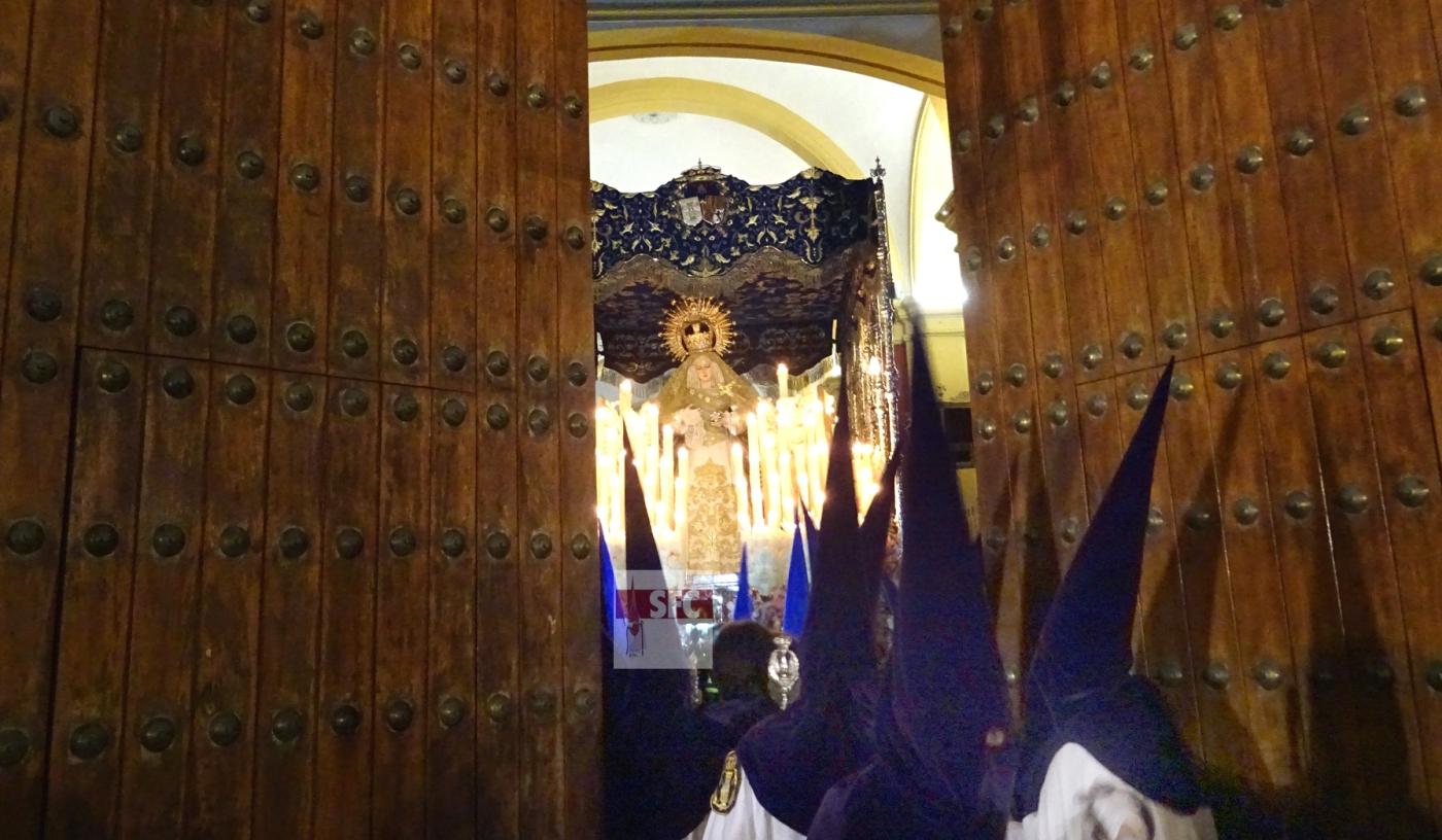 El palio de las Lágrimas, entre las dos hojas de la puerta de la Iglesia Mayor, recién recogido.