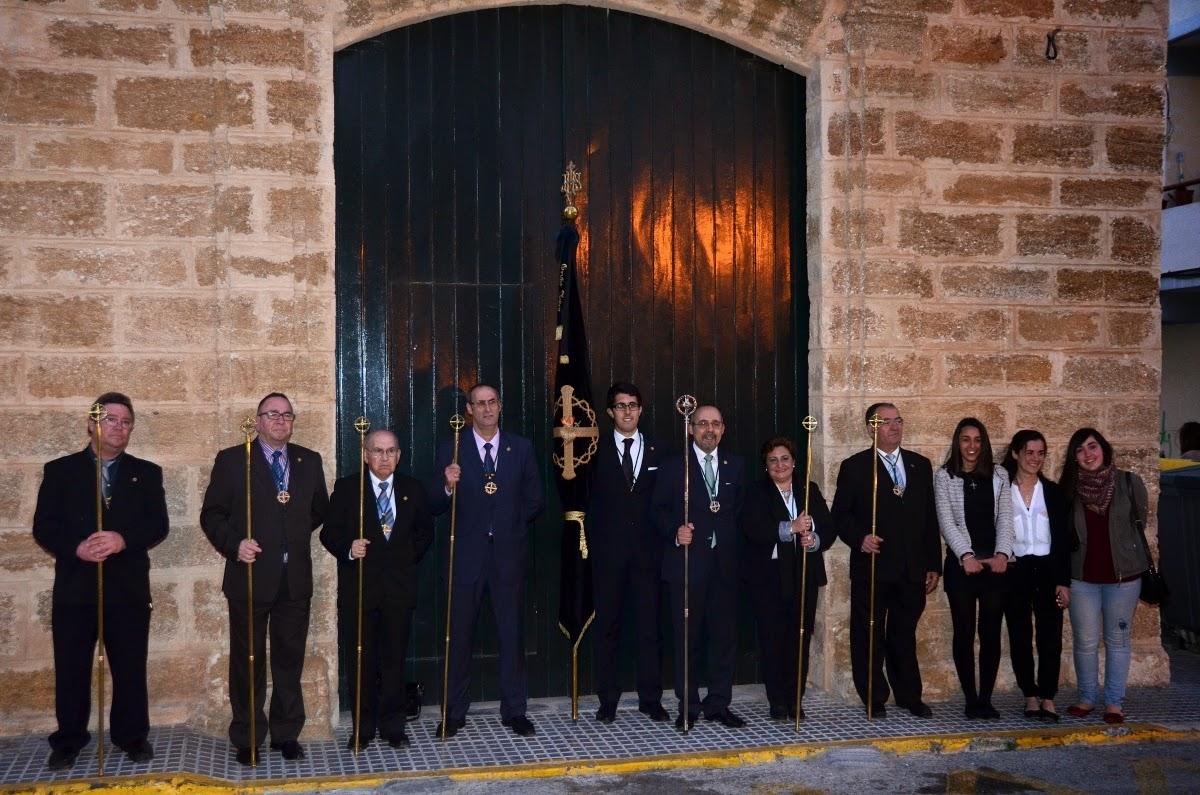 La junta de gobierno de la Vera+Cruz, aguardando en la puerta de su capilla la llegada de Afligidos el Lunes Santo.